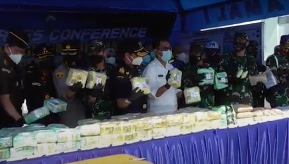 https: img.okezone.com content 2021 04 19 608 2397380 tni-al-gagalkan-penyelundupan-100-kg-sabu-dari-malaysia-di-perairan-asahan-jw6yJLOaY5.jpg