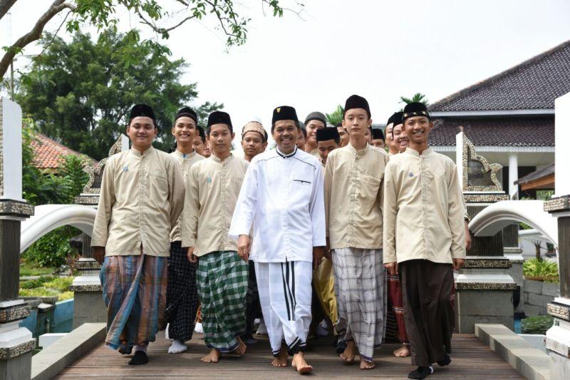 https: img.okezone.com content 2021 04 19 614 2397121 sarung-identitas-santri-indonesia-profesor-mesir-di-sini-disebut-pakaian-jimak-HCylv599o9.jpg