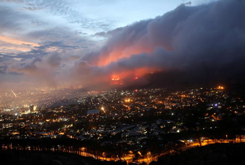 https: img.okezone.com content 2021 04 20 18 2397944 kebakaran-landa-gunung-table-afrika-selatan-petugas-pemadam-berjuang-padamkan-api-7bipBLU1LB.jpg