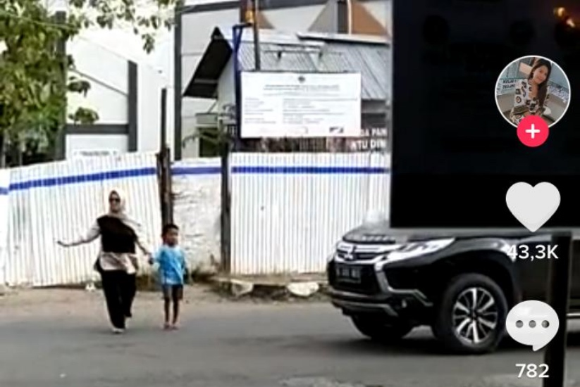 https: img.okezone.com content 2021 04 20 338 2397752 salut-wanita-ini-turun-dari-mobil-mewah-demi-bantu-bocah-menyeberang-jalan-6zTFzeszgf.jpg