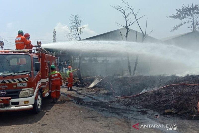 https: img.okezone.com content 2021 04 20 338 2398047 lebih-24-jam-kebakaran-lapak-ban-bekas-gunung-putri-asap-masih-mengepul-IWa6jH3nH3.jpg