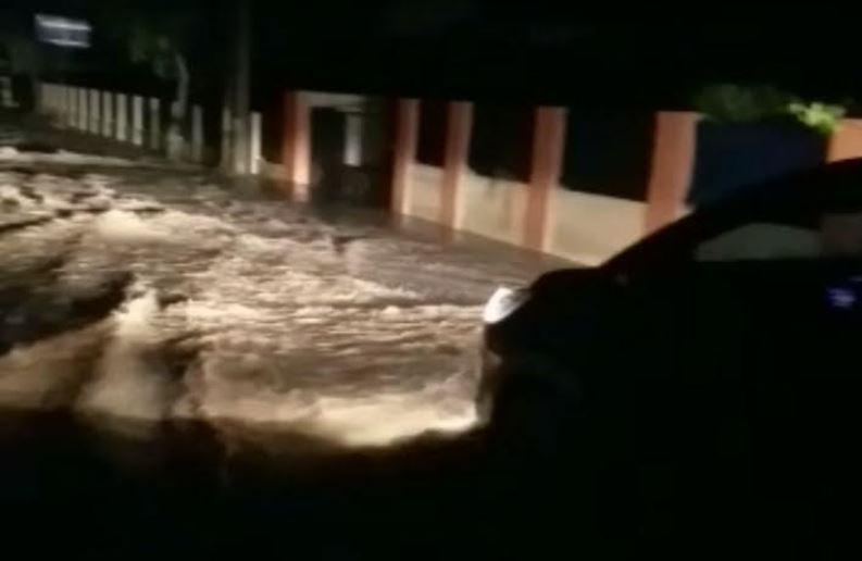https: img.okezone.com content 2021 04 20 340 2397473 hujan-deras-di-rangkasbitung-banjir-rusak-infrastruktur-jalan-YvjAIpFys5.JPG