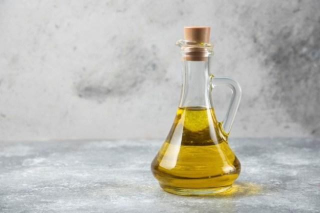 https: img.okezone.com content 2021 04 20 481 2397776 7-jenis-minyak-esensial-yang-ampuh-obati-ruam-kulit-jygcC7tZC9.jpg