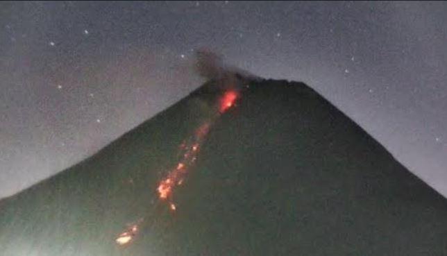 https: img.okezone.com content 2021 04 20 510 2398063 gunung-merapi-kembali-semburkan-awan-panas-sejauh-1-800-meter-pk9WURxOc3.jpg