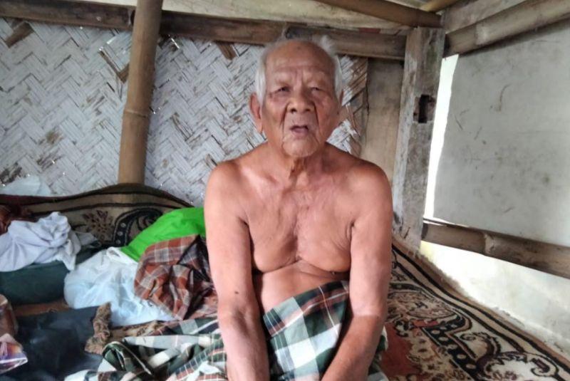 https: img.okezone.com content 2021 04 20 525 2398054 abah-sarji-kakek-102-tahun-yang-pilih-hidup-di-dekat-kuburan-untuk-tebus-dosa-TsUGZ01nn8.jpg