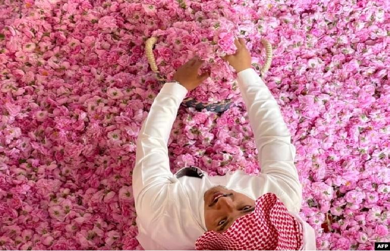 https: img.okezone.com content 2021 04 21 18 2398135 mawar-bermekaran-hangatkan-ramadhan-2021-di-taif-dtniiUu1J6.jpg