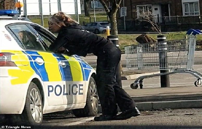 https: img.okezone.com content 2021 04 21 18 2398252 kepergok-ciuman-di-mobil-patroli-dua-polisi-minta-maaf-qfxsCQ3fLo.jpg
