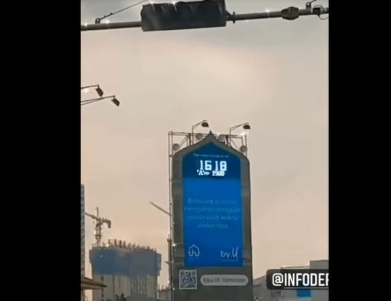 https: img.okezone.com content 2021 04 21 337 2398159 viral-billboard-reklame-keluarkan-suara-adzan-di-simpang-lampu-merah-depok-sFJhWWRlpQ.jpg