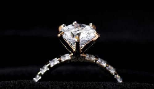https: img.okezone.com content 2021 04 21 406 2398631 berlian-terbesar-asal-australia-dilelang-harganya-mulai-dari-rp13-5-miliar-31gRM3Cz6c.jpg