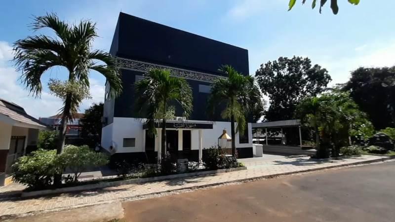 https: img.okezone.com content 2021 04 21 408 2398221 masjid-berbentuk-kakbah-di-subang-wisata-religi-obat-rindu-tanah-suci-Y7uOnv6D2a.jpg