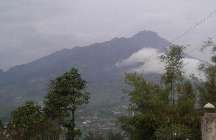 https: img.okezone.com content 2021 04 21 510 2398494 gunung-merapi-semburkan-awan-panas-sejauh-1-3-km-qSYPNYi4t3.jpg
