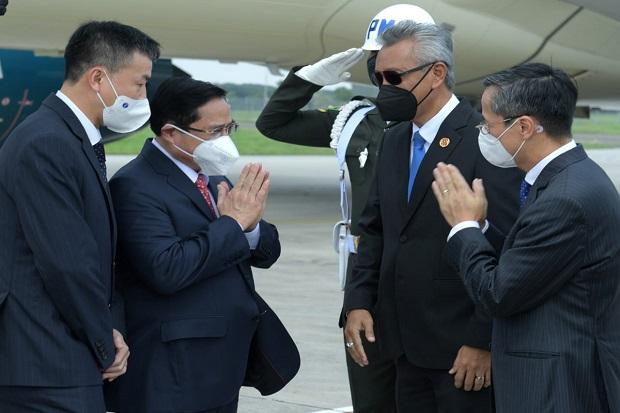 https: img.okezone.com content 2021 04 23 18 2399647 pm-vietnam-tiba-di-indonesia-akan-bertemu-presiden-jokowi-sore-ini-usolCpVzu9.jpg