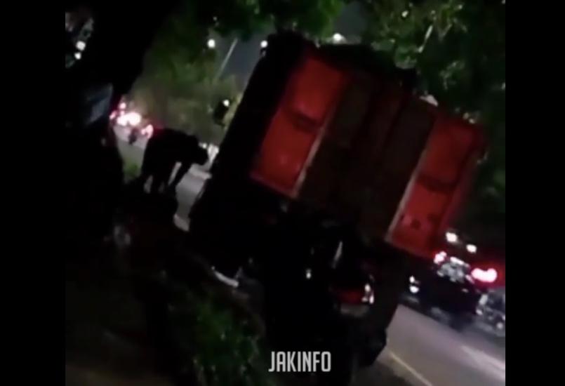 https: img.okezone.com content 2021 04 23 338 2399612 viral-video-pencuri-gasak-dua-aki-truk-sampah-dki-di-kalideres-XFBOnOr6DM.jpg