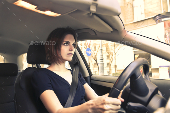 https: img.okezone.com content 2021 04 23 52 2399419 ini-tips-mengemudi-aman-bagi-perempuan-singkirkan-high-heels-dan-jangan-dandan-6HthY05w0R.jpg