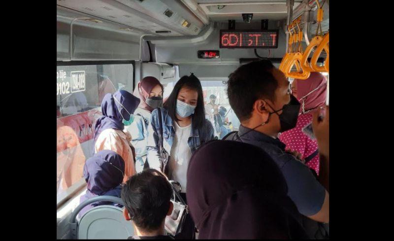 https: img.okezone.com content 2021 04 24 338 2399918 jagat-maya-heboh-prokes-diabaikan-di-bus-transjakarta-yFImo0e87b.jpg