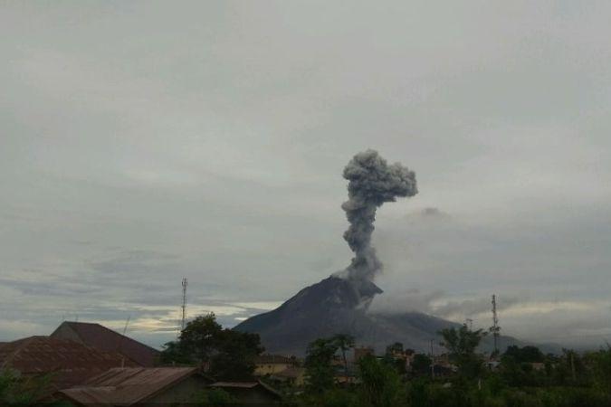 https: img.okezone.com content 2021 04 24 608 2400103 gunung-sinabung-kembali-erupsi-kolom-abu-capai-2-ribu-meter-Odg2B8szK4.jpg