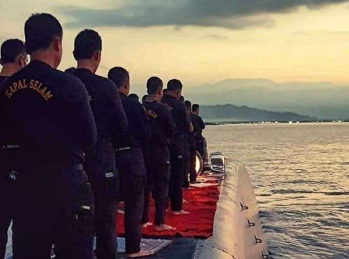 https: img.okezone.com content 2021 04 25 337 2400306 viral-foto-awak-kri-nanggala-402-sholat-berjamaah-di-atas-kapal-selam-sebelum-bertugas-dZoRYMkkTp.jpg