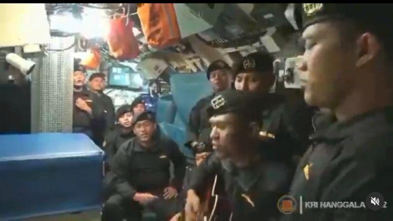 https: img.okezone.com content 2021 04 25 337 2400334 viral-video-awak-kri-nanggala-402-nyanyikan-lagu-sampai-jumpa-CSrfeoueSf.jpg