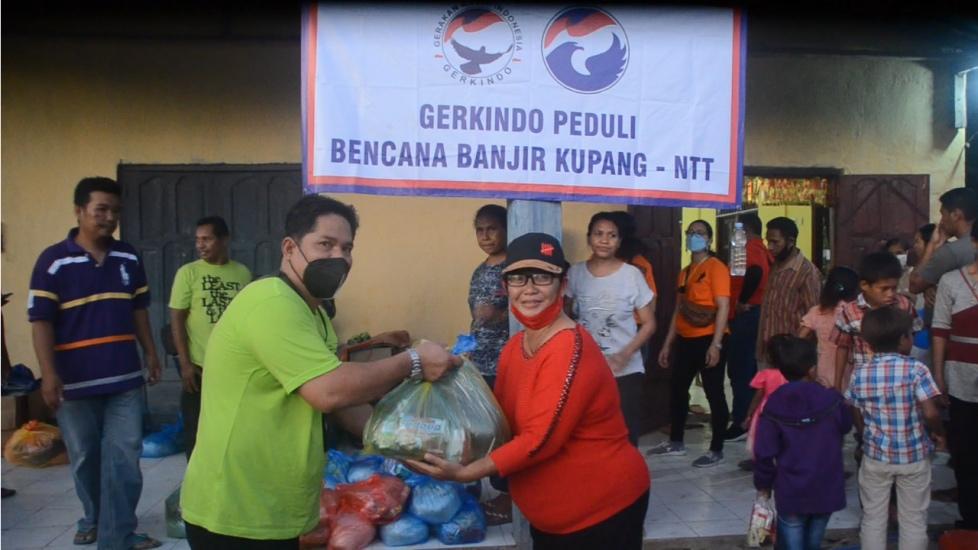 https: img.okezone.com content 2021 04 25 340 2400582 gerkindo-salurkan-bantuan-sembako-untuk-korban-banjir-bandang-di-malaka-ntt-cKWMruYhTo.jpg