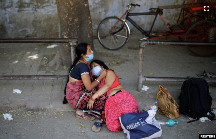 https: img.okezone.com content 2021 04 26 18 2400657 covid-19-menggila-di-india-warga-antre-dan-rela-bayar-berapapun-demi-tabung-oksigen-G4Aj3xvFoh.jpg