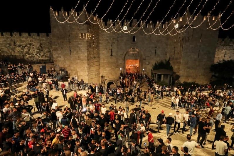 https: img.okezone.com content 2021 04 26 18 2400760 penghalang-israel-dicopot-di-gerbang-damaskus-yerusalem-warga-palestina-bergembira-x4WO6CS18S.jpg