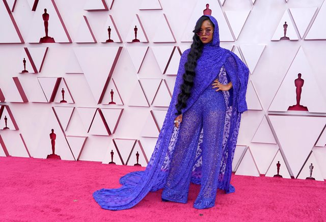 https: img.okezone.com content 2021 04 26 194 2400700 5-dress-paling-curi-perhatian-di-red-carpet-piala-oscar-2021-2GJI9Ge9X0.jpg