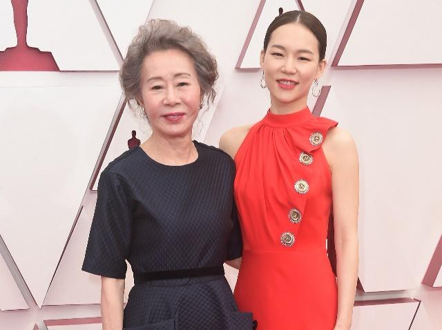 https: img.okezone.com content 2021 04 26 194 2400733 youn-yuh-jung-jadi-aktris-pertama-korea-meraih-piala-oscar-intip-tampilannya-ERXdU1uHCe.jpg