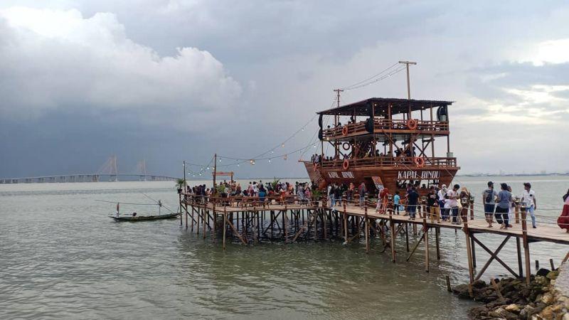https: img.okezone.com content 2021 04 26 301 2400855 viral-menikmati-view-jembatan-suramadu-dari-kapal-phinisi-ignOhvaNPh.jpg