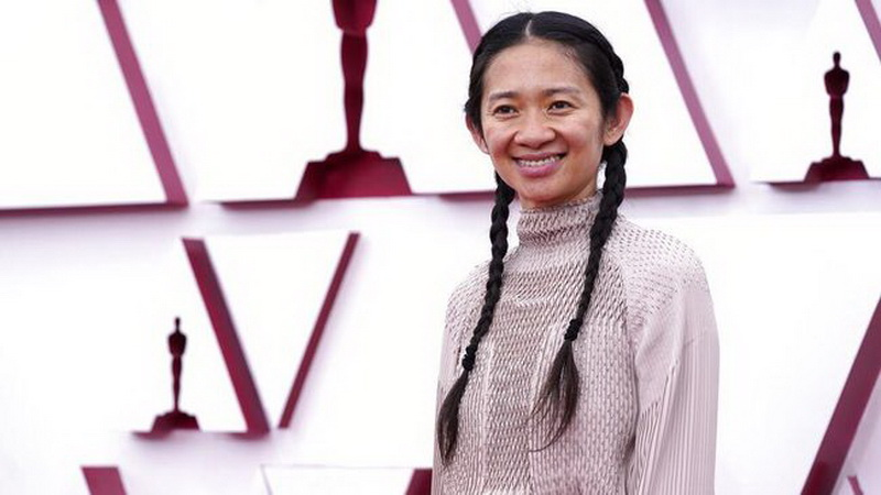 https: img.okezone.com content 2021 04 26 33 2401086 profil-chloe-zhao-sutradara-perempuan-asia-pertama-sabet-piala-oscar-LGTkVU9tqp.jpeg
