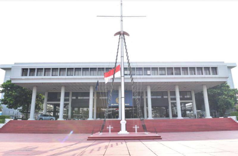 https: img.okezone.com content 2021 04 26 337 2401157 tragedi-kri-nanggala-402-tni-al-kibarkan-bendera-setengah-tiang-sepekan-RE7NZUaXbJ.jpg