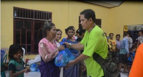 https: img.okezone.com content 2021 04 26 340 2400761 senyum-bahagia-korban-banjir-ntt-menerima-bantuan-dari-gerkindo-CaKliLf9SV.jpg