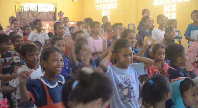 https: img.okezone.com content 2021 04 26 340 2400951 cerianya-anak-anak-korban-badai-seroja-ntt-saat-ikut-trauma-healing-gerkindo-g40g8JHuiQ.jpg