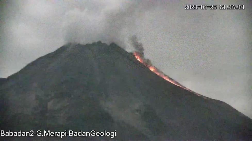 https: img.okezone.com content 2021 04 26 510 2400600 berstatus-siaga-gunung-merapi-luncurkan-awan-panas-sejauh-1-kilometer-vVFqQcTSFe.jpg