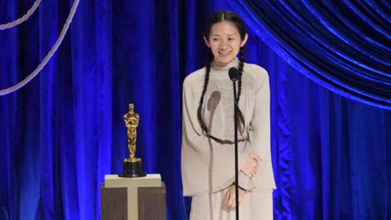 https: img.okezone.com content 2021 04 26 598 2400724 chlo-zhao-jadi-wanita-kedua-dalam-sejarah-raih-oscar-sebagai-sutradara-terbaik-etQBASbObU.jpg