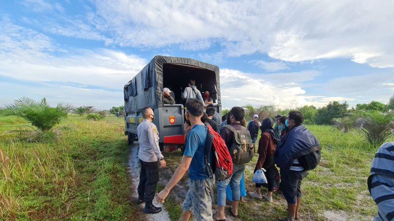 https: img.okezone.com content 2021 04 26 608 2400656 polisi-gagalkan-penyelundupan-31-tki-ilegal-ke-malaysia-6jpLY2jnic.jpg