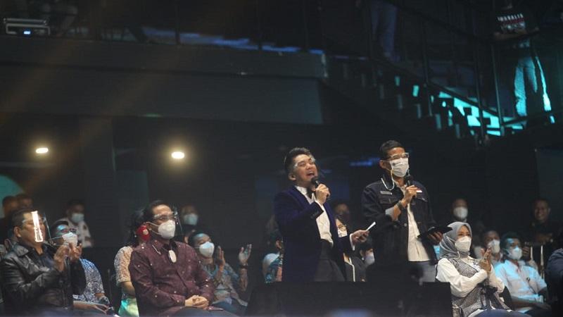 https: img.okezone.com content 2021 04 26 612 2401175 sandiaga-uno-unjuk-gigi-lempar-pantun-di-grand-final-indonesian-idol-s0DvHRmRLA.jpg