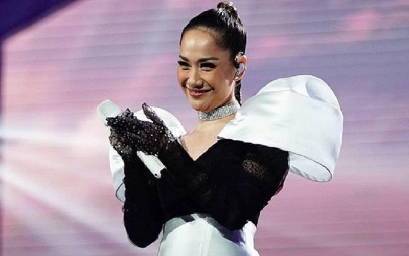 https: img.okezone.com content 2021 04 27 194 2401408 pesona-bunga-citra-lestari-di-grand-final-indonesian-idol-2021-sangat-menghipnotis-IkFI6W9SUQ.jpg