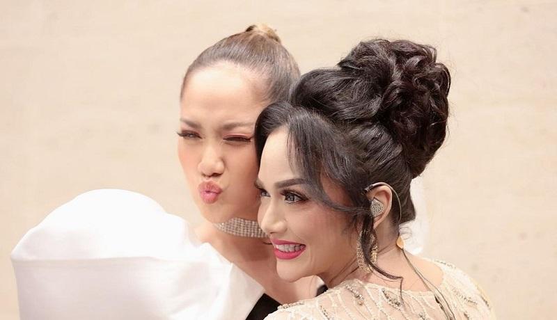 https: img.okezone.com content 2021 04 27 194 2401451 pelukan-manja-intip-gaya-bcl-dan-krisdayanti-lepas-rindu-di-indonesian-idol-WPdVtPqzer.jpg