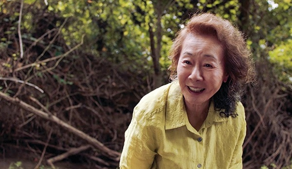 https: img.okezone.com content 2021 04 27 206 2401212 perjalanan-karier-youn-yuh-jung-aktris-senior-peraih-piala-oscar-2021-Paq0LRjRxa.jpg