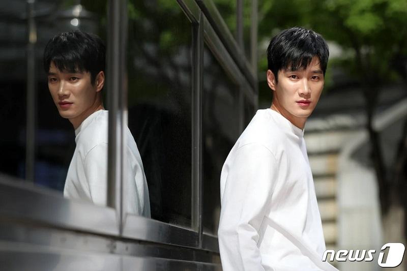 https: img.okezone.com content 2021 04 27 206 2401586 ahn-bo-hyun-resmi-gabung-drama-baru-kim-go-eun-yumi-s-cells-E5JKbUnajd.JPG
