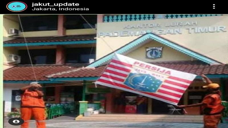 https: img.okezone.com content 2021 04 27 337 2401334 petugas-ppsu-kibarkan-bendera-persija-viral-wali-kota-jakarta-utara-beri-tindakan-tegas-olkitEECLJ.jpg
