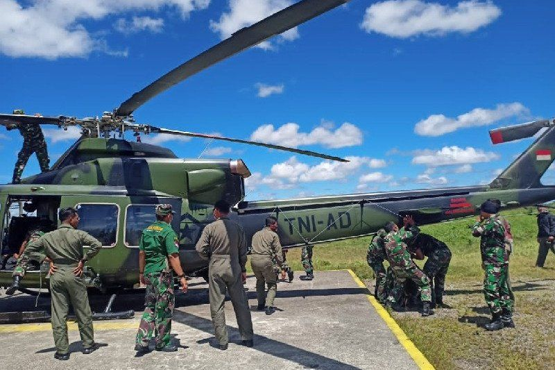 https: img.okezone.com content 2021 04 27 337 2401679 helikopter-sempat-tertembak-saat-evakuasi-korban-baku-tembak-tni-polri-dengan-kkb-W04WfYzZ8e.jpg