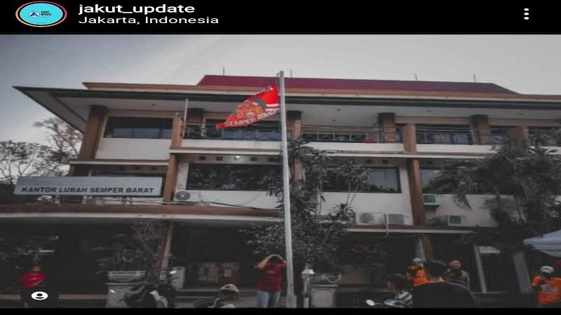 https: img.okezone.com content 2021 04 27 338 2401329 viral-pengibaran-bendera-persija-di-kantor-kelurahan-wilayah-jakarta-utara-lDxFJYXihb.jpg