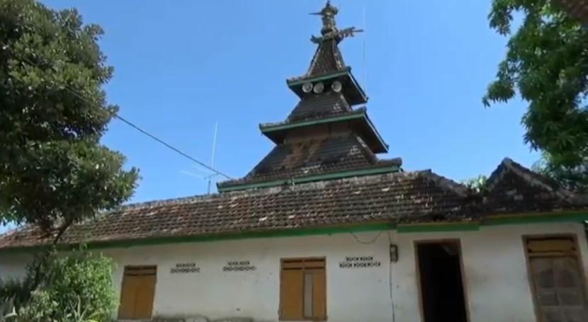 https: img.okezone.com content 2021 04 27 408 2401476 masjid-ini-berdiri-dengan-satu-tiang-utama-di-atas-bukit-kok-bisa-IM6ImlWCWL.jpg