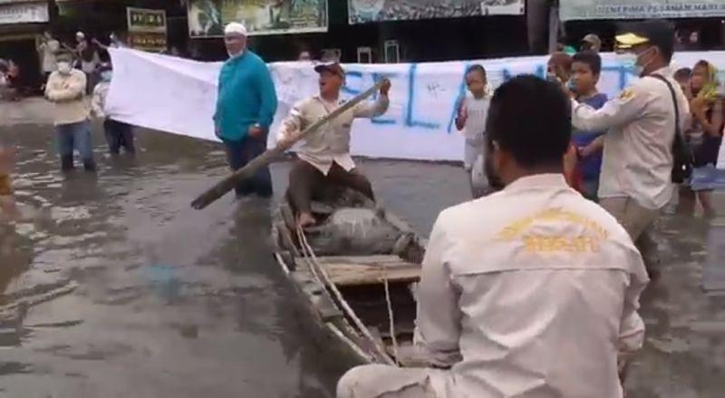 https: img.okezone.com content 2021 04 27 608 2401786 di-tengah-banjir-rob-warga-demo-sambil-naik-perahu-dan-tangkap-ikan-GkgTrllPae.jpg