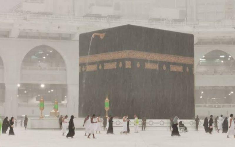 https: img.okezone.com content 2021 04 28 18 2401909 diguyur-hujan-3-jam-kota-mekkah-dilanda-banjir-RoFaecdskJ.jpg