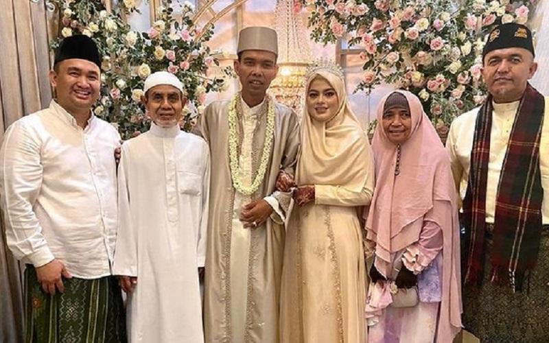 https: img.okezone.com content 2021 04 28 194 2402426 ustadz-abdul-somad-menikah-dengan-fatimah-tampak-serasi-dengan-gamis-dan-tiara-c3NWFA38mA.jpg