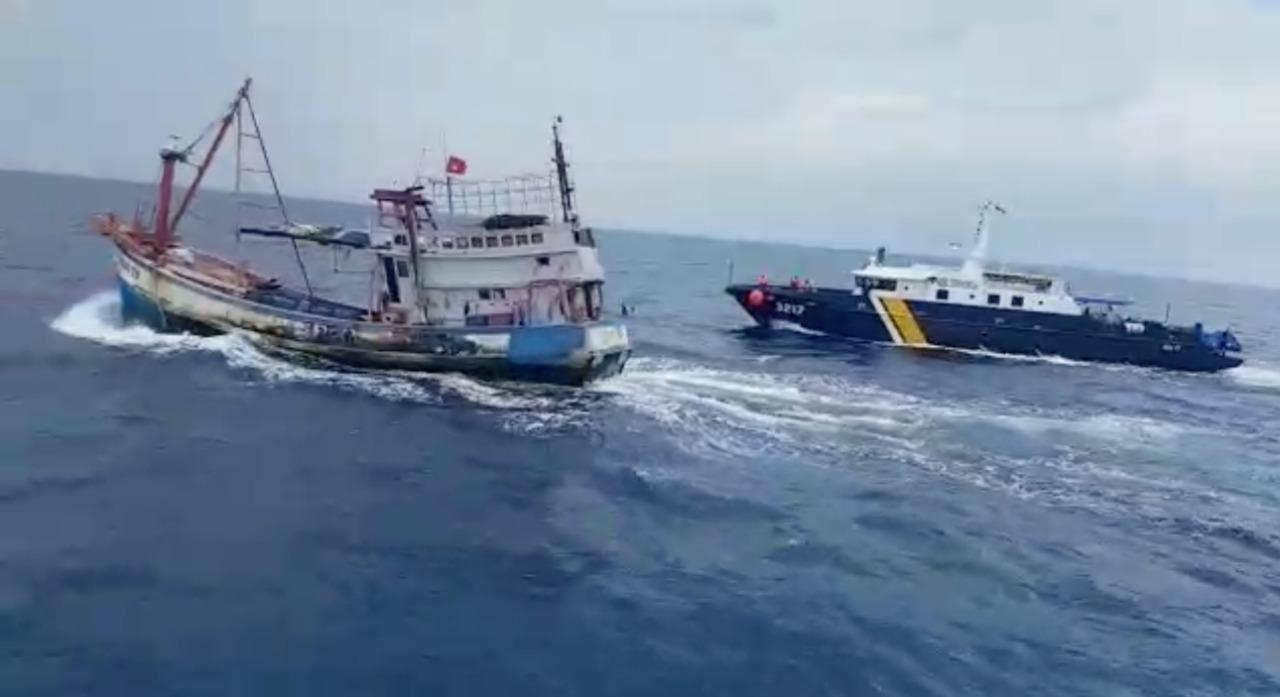 https: img.okezone.com content 2021 04 28 320 2402422 kapal-pengawas-kkp-kejar-pencuri-ikan-di-laut-natuna-utara-NExccmZlu2.jpg