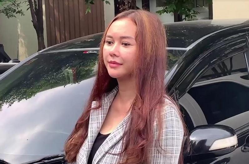 https: img.okezone.com content 2021 04 28 33 2402073 resmi-cerai-aura-kasih-tak-trauma-pacaran-lagi-lJSQRrMYB7.jpg