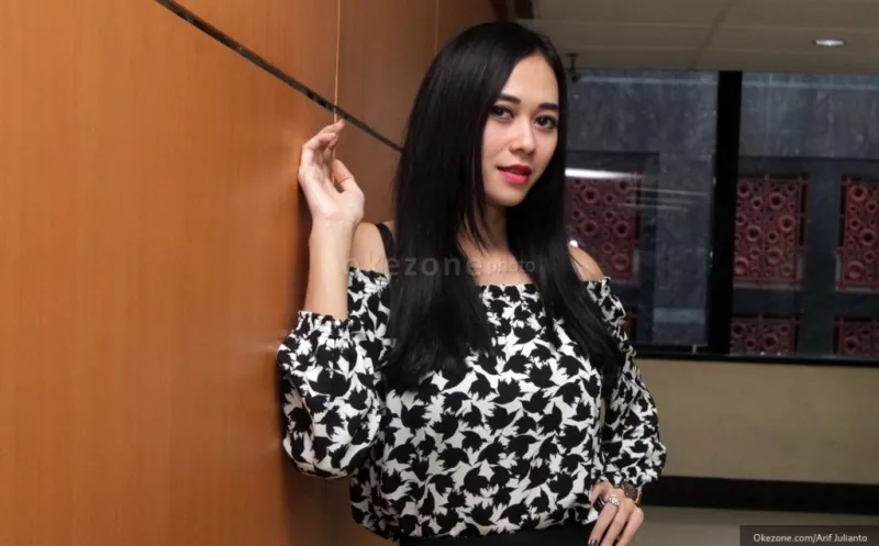 https: img.okezone.com content 2021 04 28 33 2402214 aura-kasih-sebut-eryck-amaral-enggan-pulang-ke-indonesia-2wqPuB7bAc.JPG